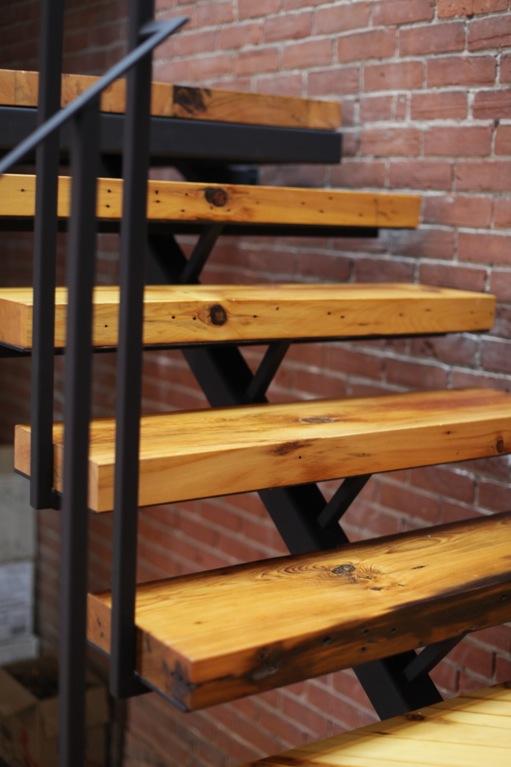 Escalier en vieux bois et acier brut atelier03 - Escalier bois et acier ...